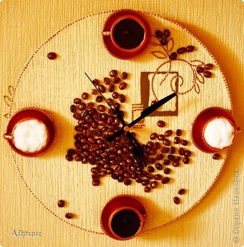 """Часы """"Горячий шоколод и капучино"""".Виниловая пластинка,обои,чашечки из детского сервиза,кофейные зёрна,акриловая бронзовая краска,лак,вата,герметик акриловый,контур,часовой механизм. фото 1"""