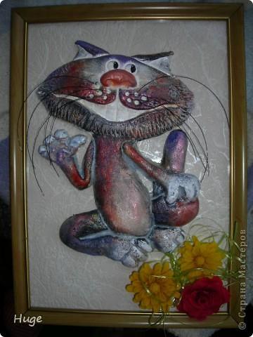 Я лепила этого кота еще в январе.  Форму его слямзила у своего любимого автора котов - Марины Архиповой  http://stranamasterov.ru/node/111872  А вот разукрашивала его неделю назад. Я не знаю что это было... Села рисовать, задумалась о чем-то, забыла даже что рисую... Очнулась - перед о мной сине-красный кот!!! Честное слово, я в шоке была! Целую неделю не решалась Вам его показать... фото 1