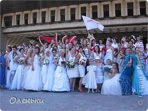 Четвертый Парад невест прошел в Харькове 5 июня. Пятьдесят девушек в свадебных платьях продефилировали по центру города, фотографировались с прохожими и танцевали на ступенях Харьковского академического театра оперы и балета.  фото 1