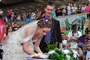 Четвертый Парад невест прошел в Харькове 5 июня. Пятьдесят девушек в свадебных платьях продефилировали по центру города, фотографировались с прохожими и танцевали на ступенях Харьковского академического театра оперы и балета.  фото 2