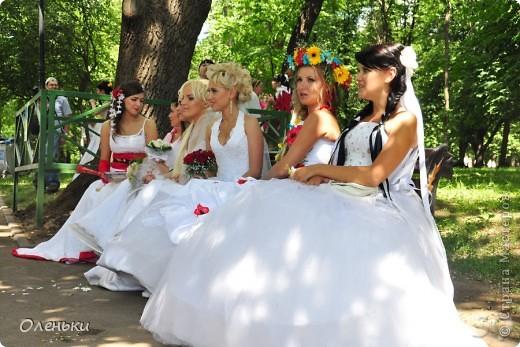 Четвертый Парад невест прошел в Харькове 5 июня. Пятьдесят девушек в свадебных платьях продефилировали по центру города, фотографировались с прохожими и танцевали на ступенях Харьковского академического театра оперы и балета.  фото 4