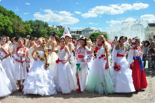 Четвертый Парад невест прошел в Харькове 5 июня. Пятьдесят девушек в свадебных платьях продефилировали по центру города, фотографировались с прохожими и танцевали на ступенях Харьковского академического театра оперы и балета.  фото 5