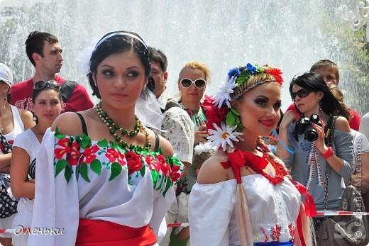 Четвертый Парад невест прошел в Харькове 5 июня. Пятьдесят девушек в свадебных платьях продефилировали по центру города, фотографировались с прохожими и танцевали на ступенях Харьковского академического театра оперы и балета.  фото 6