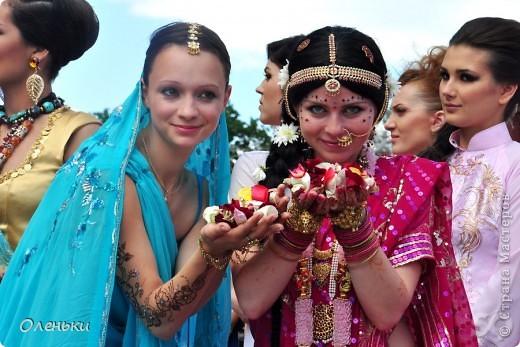 Четвертый Парад невест прошел в Харькове 5 июня. Пятьдесят девушек в свадебных платьях продефилировали по центру города, фотографировались с прохожими и танцевали на ступенях Харьковского академического театра оперы и балета.  фото 7