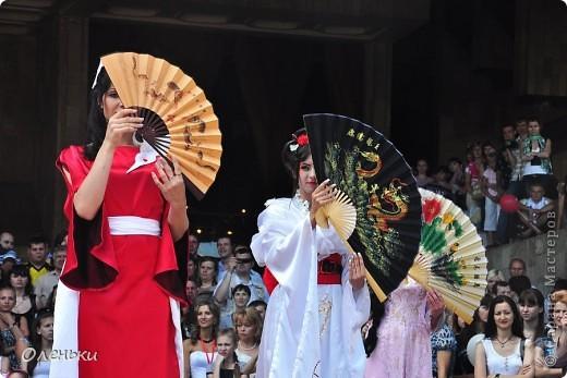 Четвертый Парад невест прошел в Харькове 5 июня. Пятьдесят девушек в свадебных платьях продефилировали по центру города, фотографировались с прохожими и танцевали на ступенях Харьковского академического театра оперы и балета.  фото 8