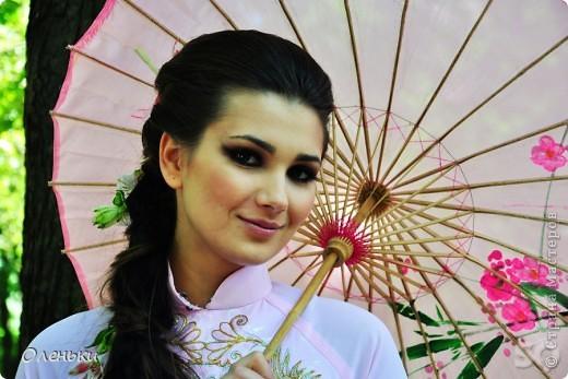 Четвертый Парад невест прошел в Харькове 5 июня. Пятьдесят девушек в свадебных платьях продефилировали по центру города, фотографировались с прохожими и танцевали на ступенях Харьковского академического театра оперы и балета.  фото 9