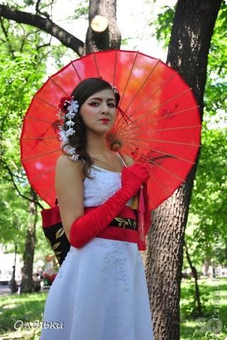 Четвертый Парад невест прошел в Харькове 5 июня. Пятьдесят девушек в свадебных платьях продефилировали по центру города, фотографировались с прохожими и танцевали на ступенях Харьковского академического театра оперы и балета.  фото 10