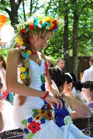 Четвертый Парад невест прошел в Харькове 5 июня. Пятьдесят девушек в свадебных платьях продефилировали по центру города, фотографировались с прохожими и танцевали на ступенях Харьковского академического театра оперы и балета.  фото 11