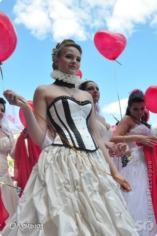 Четвертый Парад невест прошел в Харькове 5 июня. Пятьдесят девушек в свадебных платьях продефилировали по центру города, фотографировались с прохожими и танцевали на ступенях Харьковского академического театра оперы и балета.  фото 12
