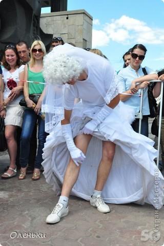 Четвертый Парад невест прошел в Харькове 5 июня. Пятьдесят девушек в свадебных платьях продефилировали по центру города, фотографировались с прохожими и танцевали на ступенях Харьковского академического театра оперы и балета.  фото 15