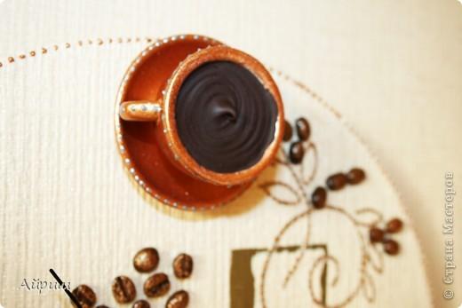 """Часы """"Горячий шоколод и капучино"""".Виниловая пластинка,обои,чашечки из детского сервиза,кофейные зёрна,акриловая бронзовая краска,лак,вата,герметик акриловый,контур,часовой механизм. фото 3"""