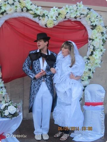 Четвертый Парад невест прошел в Харькове 5 июня. Пятьдесят девушек в свадебных платьях продефилировали по центру города, фотографировались с прохожими и танцевали на ступенях Харьковского академического театра оперы и балета.  фото 13