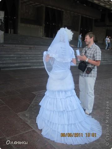 Четвертый Парад невест прошел в Харькове 5 июня. Пятьдесят девушек в свадебных платьях продефилировали по центру города, фотографировались с прохожими и танцевали на ступенях Харьковского академического театра оперы и балета.  фото 14