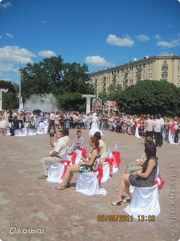 Четвертый Парад невест прошел в Харькове 5 июня. Пятьдесят девушек в свадебных платьях продефилировали по центру города, фотографировались с прохожими и танцевали на ступенях Харьковского академического театра оперы и балета.  фото 17
