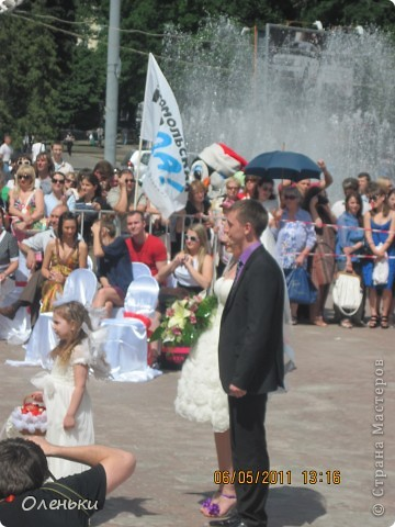 Четвертый Парад невест прошел в Харькове 5 июня. Пятьдесят девушек в свадебных платьях продефилировали по центру города, фотографировались с прохожими и танцевали на ступенях Харьковского академического театра оперы и балета.  фото 3