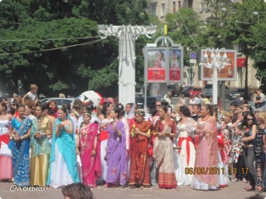 Четвертый Парад невест прошел в Харькове 5 июня. Пятьдесят девушек в свадебных платьях продефилировали по центру города, фотографировались с прохожими и танцевали на ступенях Харьковского академического театра оперы и балета.  фото 19