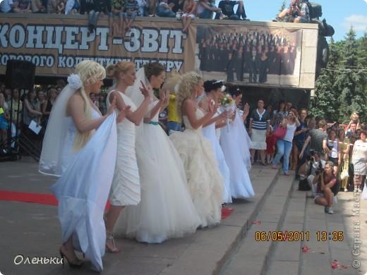Четвертый Парад невест прошел в Харькове 5 июня. Пятьдесят девушек в свадебных платьях продефилировали по центру города, фотографировались с прохожими и танцевали на ступенях Харьковского академического театра оперы и балета.  фото 20