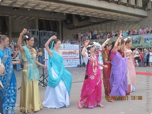 Четвертый Парад невест прошел в Харькове 5 июня. Пятьдесят девушек в свадебных платьях продефилировали по центру города, фотографировались с прохожими и танцевали на ступенях Харьковского академического театра оперы и балета.  фото 21