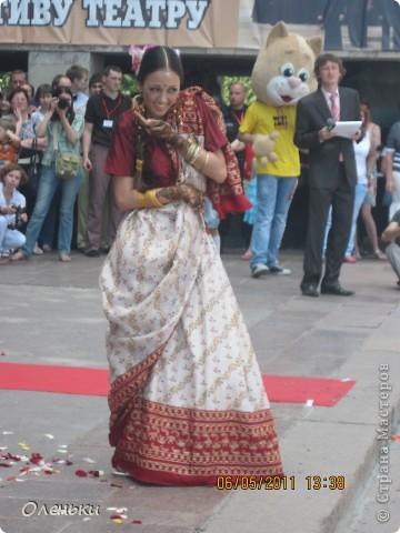 Четвертый Парад невест прошел в Харькове 5 июня. Пятьдесят девушек в свадебных платьях продефилировали по центру города, фотографировались с прохожими и танцевали на ступенях Харьковского академического театра оперы и балета.  фото 22