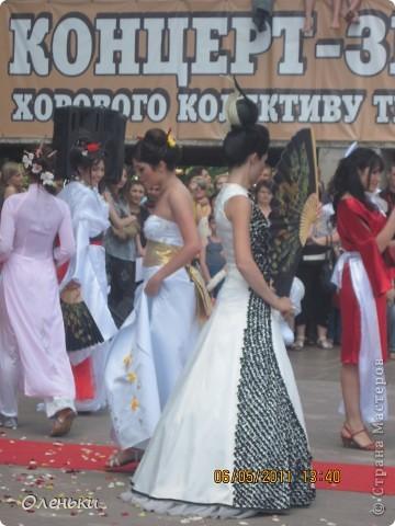 Четвертый Парад невест прошел в Харькове 5 июня. Пятьдесят девушек в свадебных платьях продефилировали по центру города, фотографировались с прохожими и танцевали на ступенях Харьковского академического театра оперы и балета.  фото 23