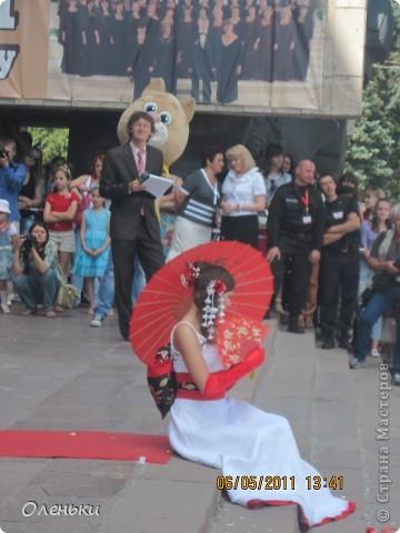 Четвертый Парад невест прошел в Харькове 5 июня. Пятьдесят девушек в свадебных платьях продефилировали по центру города, фотографировались с прохожими и танцевали на ступенях Харьковского академического театра оперы и балета.  фото 24