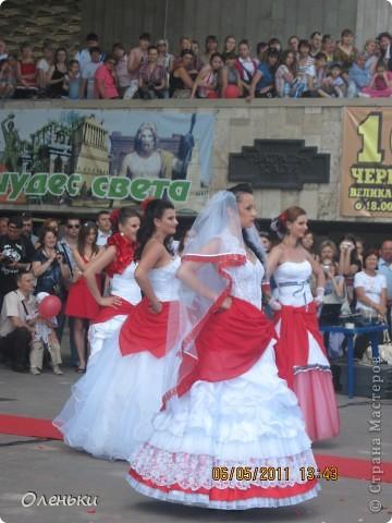 Четвертый Парад невест прошел в Харькове 5 июня. Пятьдесят девушек в свадебных платьях продефилировали по центру города, фотографировались с прохожими и танцевали на ступенях Харьковского академического театра оперы и балета.  фото 25
