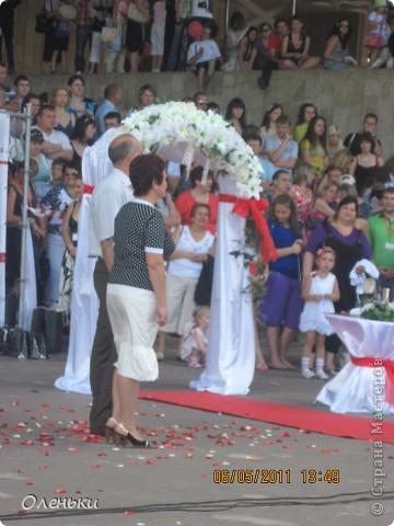 Четвертый Парад невест прошел в Харькове 5 июня. Пятьдесят девушек в свадебных платьях продефилировали по центру города, фотографировались с прохожими и танцевали на ступенях Харьковского академического театра оперы и балета.  фото 26