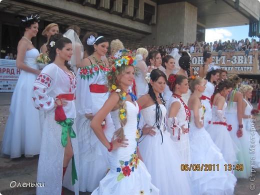 Четвертый Парад невест прошел в Харькове 5 июня. Пятьдесят девушек в свадебных платьях продефилировали по центру города, фотографировались с прохожими и танцевали на ступенях Харьковского академического театра оперы и балета.  фото 27