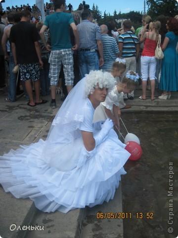 Четвертый Парад невест прошел в Харькове 5 июня. Пятьдесят девушек в свадебных платьях продефилировали по центру города, фотографировались с прохожими и танцевали на ступенях Харьковского академического театра оперы и балета.  фото 16