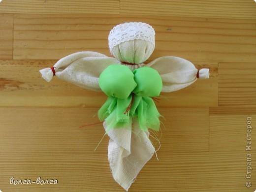 Эта кукла наполнена душистой лекарственной травой. Куколку необходимо помять в руках, пошевелить, и по комнате разнесется травяной дух, который отгонит духов болезни. От нее  исходит теплота, как от заботливой хозяйки. фото 6