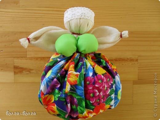 Эта кукла наполнена душистой лекарственной травой. Куколку необходимо помять в руках, пошевелить, и по комнате разнесется травяной дух, который отгонит духов болезни. От нее  исходит теплота, как от заботливой хозяйки. фото 9