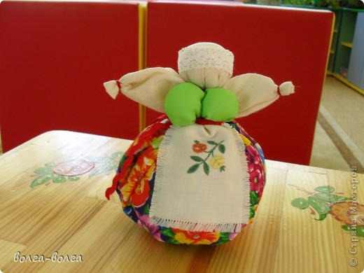 Эта кукла наполнена душистой лекарственной травой. Куколку необходимо помять в руках, пошевелить, и по комнате разнесется травяной дух, который отгонит духов болезни. От нее  исходит теплота, как от заботливой хозяйки. фото 10