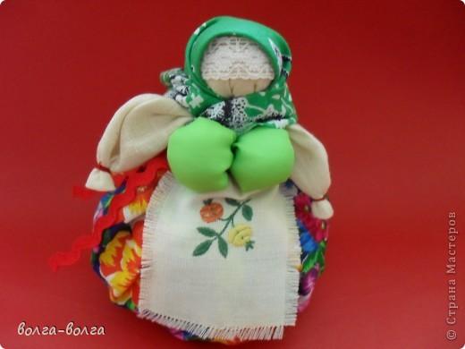 Эта кукла наполнена душистой лекарственной травой. Куколку необходимо помять в руках, пошевелить, и по комнате разнесется травяной дух, который отгонит духов болезни. От нее  исходит теплота, как от заботливой хозяйки. фото 1