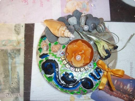Нашла идею в СМ. Могу написать подробно, но вроде все понятно - камешки, ракушки, бусинки, ит.д. наклеены в хаотичном порядке на диск, (правда краска получилась не в тему), чтобы свечка была устойчивой по периметру приклеены бусины с буквами. фото 1