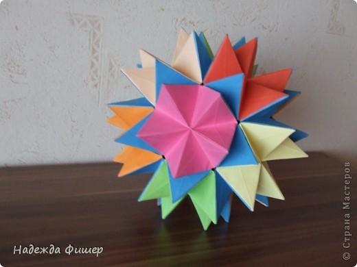 распускающийся цветочный шар
