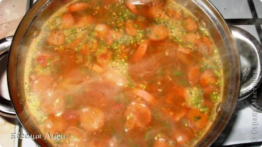 Хочу напомнить о существовании этого супа, т.к. не встретила рецепта на сайте. А ведь сборная солянка (наравне со щами) своеобразная визитная карточка русской кухни. Хочу адресовать этот материал молодым хозяюшкам и нашим юным мастерам, т.к. у опытных кулинаров, конечно, есть свой фирменный рецепт. Суп солянка славится тем, что в него можно добавить практически любые ингредиенты, сочетаемые друг с другом в соответствии с вашим вкусом. Есть грибные, рыбные и мясные солянки. Очень быстро можно приготовить мясную солянку, чем мы сейчас и займемся. Нам понадобится: 1.Мясное или куриное рагу для бульона. Можно не заморачиваться и сварить на воде. 2. Фасоль (можно консервированную в собственном соку) или картофель. 3. Колбасные и мясные изделия 4-6 видов понемногу - чем разнообразнее набор, тем вкуснее получится солянка. Пакетик с этими разностями у меня всегда есть в морозильнике и собирается постепенно, но умышленно. Использую на суп и пиццу, добавляю в запеканки и т.д. Можно, конечно, купить все это специально, взбесив при этом продавца большим количеством наименований и малым весом каждого. 4.Лук, морковь, томат, чеснок. 5.Солености. Уменя остатки соленых кабачков, которые я заготавливаю на зиму в банках без уксуса (годятся для зимних салатов). Можно и маринованные огурцы - домашние или из магазина. 6. Мука, соль, перец, лавровый лист, зелень (у меня не оказалось свежей, взяла сушеную. И ничего страшного - исходите из того, что есть в наличии, не теряйтесь!) 7. Лимон и оливки - по желанию и вкусу.  фото 8