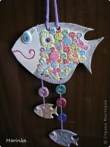 Эту рыбку я сделала для своей сестры. Она любит всё яркое и блестящее, поэтому рыбка в стразах, реснички и плавники подведены объёмным серебристым контуром. Ну и двое деток (как у неё) - мальчик и девочка!