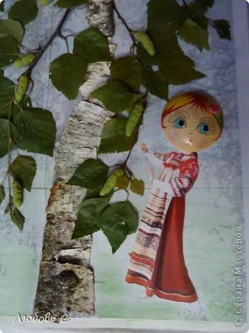 Поделка в садик к празнику Троицы. Распечатала ч/б картинку березы и обклеила ее берестой и листочками. фото 2