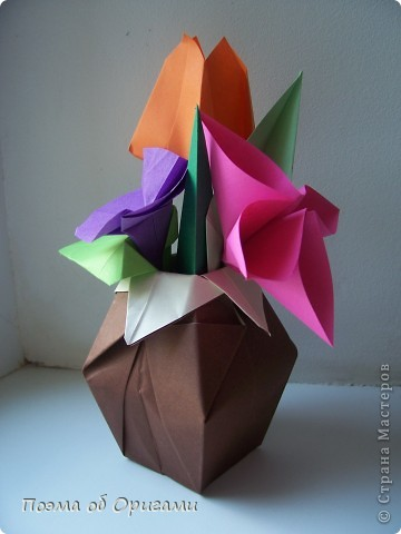 Цветы - самый пластичный материал для создания красоты. Но не менее важно, в какой сосуд вы поместите эту красоту, потому что только в гармонии с вазой букет станет удачной флористической композицией. Эту красивую вазу придумал Тошира Такахама, тюльпан – Кунишико Касахара, Бутоньерку – дует из Элис Грей и Поля Джексона, а вот фигурка вьюнка известна очень давно.  фото 1