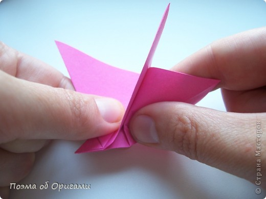 Цветы - самый пластичный материал для создания красоты. Но не менее важно, в какой сосуд вы поместите эту красоту, потому что только в гармонии с вазой букет станет удачной флористической композицией. Эту красивую вазу придумал Тошира Такахама, тюльпан – Кунишико Касахара, Бутоньерку – дует из Элис Грей и Поля Джексона, а вот фигурка вьюнка известна очень давно.  фото 34