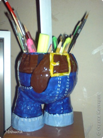 Вот что мы можем сегодня изготовить))))  Итак. Представляю вам эту чудную карандашницу...Изобретение не мое, а вот откуда взято не помню..Приступим.  Нам понадобятся:  1. Маленьких размеров воздушный шарик круглой или овальной формы.1штука  2. Стаканчики одноразовые 2штуки.  3. Газеты. в количестве.  4. Клей ПВА...сколько возьмет.  5. Гуашь. У ребенка украла...Тут уж сколько стащите)))  6. Лак. у меня обычный вонючий...  7. Канцелярия которую вы будете хранить в карандашнице:)   фото 1