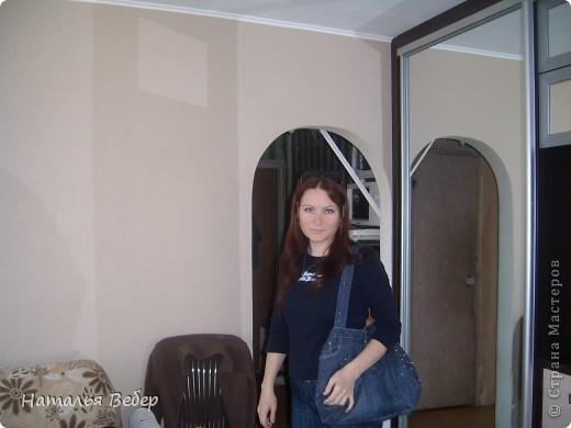 Вот такая вместительная и необычненькая сумка получилась у меня из ставших мне ну очень большими джинсов!!!Все просто,обрезала верх,сшила,одна штанина(уж не знаю как правильно назвать эту часть джинсов)пошла на ручки!!!Готово!!! фото 4