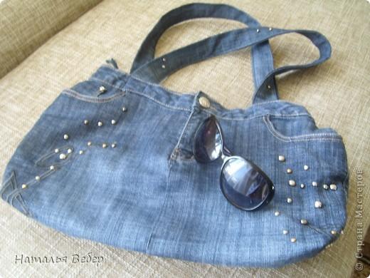 Вот такая вместительная и необычненькая сумка получилась у меня из ставших мне ну очень большими джинсов!!!Все просто,обрезала верх,сшила,одна штанина(уж не знаю как правильно назвать эту часть джинсов)пошла на ручки!!!Готово!!! фото 1