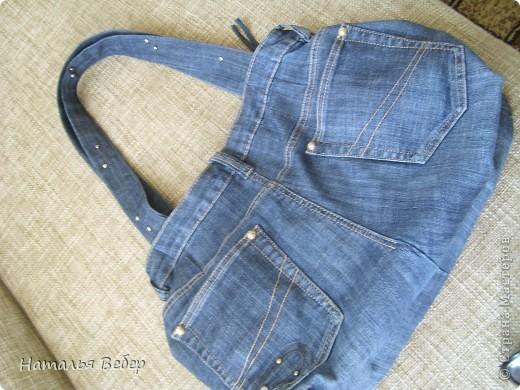 Вот такая вместительная и необычненькая сумка получилась у меня из ставших мне ну очень большими джинсов!!!Все просто,обрезала верх,сшила,одна штанина(уж не знаю как правильно назвать эту часть джинсов)пошла на ручки!!!Готово!!! фото 3