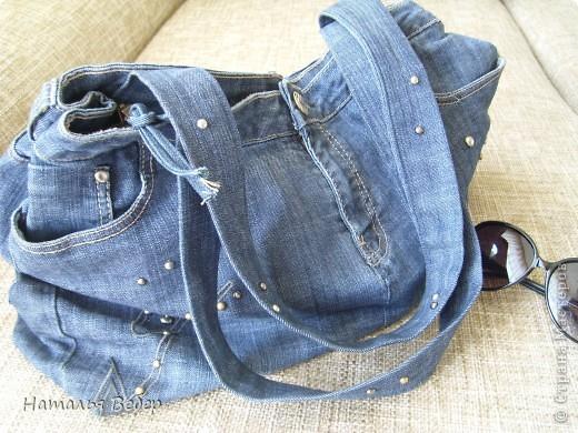 Вот такая вместительная и необычненькая сумка получилась у меня из ставших мне ну очень большими джинсов!!!Все просто,обрезала верх,сшила,одна штанина(уж не знаю как правильно назвать эту часть джинсов)пошла на ручки!!!Готово!!! фото 2