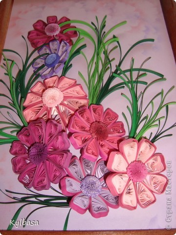 Космеи - первые цветы в технике квиллинг, которые я увидела в Стране Мастеров.  Так они из головы у меня  и не  выходили. Очень хотелось попробовать свои силы в изготовлении этих нежных цветов.  фото 3