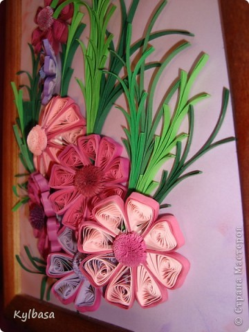 Космеи - первые цветы в технике квиллинг, которые я увидела в Стране Мастеров.  Так они из головы у меня  и не  выходили. Очень хотелось попробовать свои силы в изготовлении этих нежных цветов.  фото 6