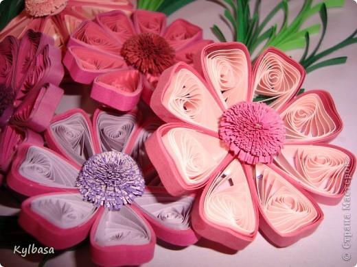Космеи - первые цветы в технике квиллинг, которые я увидела в Стране Мастеров.  Так они из головы у меня  и не  выходили. Очень хотелось попробовать свои силы в изготовлении этих нежных цветов.  фото 2