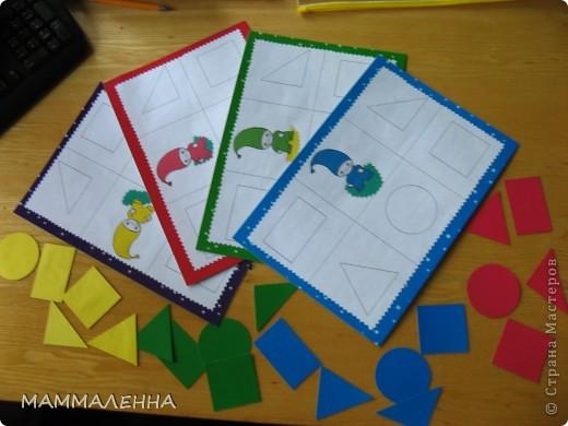 """Идею этого лото я подсмотрела в книжках """"Школа семи гномов"""", хочу сказать что очень интересная и увлекательная серия развивающих книжек. У нас был куплен комплект книг от 1 до 2 лет. В оригинале карточки с домиками и другими картинками. Я решила, что мы при помощи этих карточек будем изучать основные геометрические формы и основные цвета. Это правильный ответ (т.е. правильно заполненное поле) фото 2"""