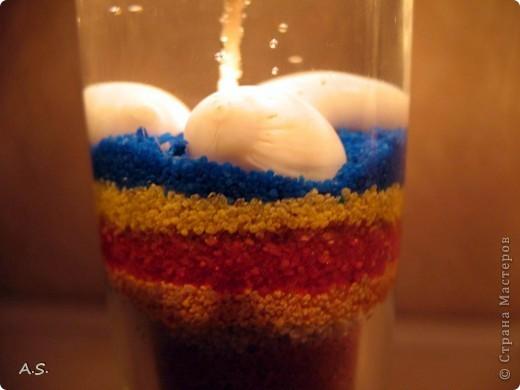 """Нашли с дочкой прошлогодние ракушки, собраные на Азовском море, добавили немного цветного песочка - и получились такие """"морские"""" свечи:))) фото 8"""